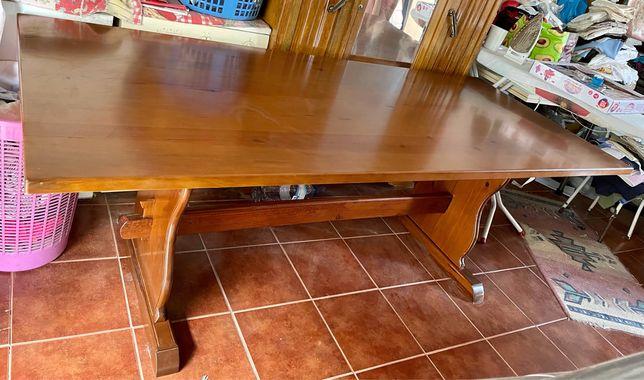 Ótima mesa de grandes dimensões, em madeira maciça com revestimento