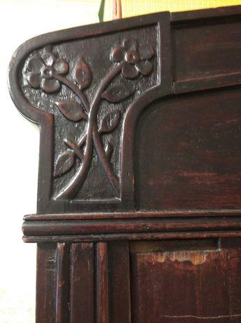 Старинный деревянный шкаф