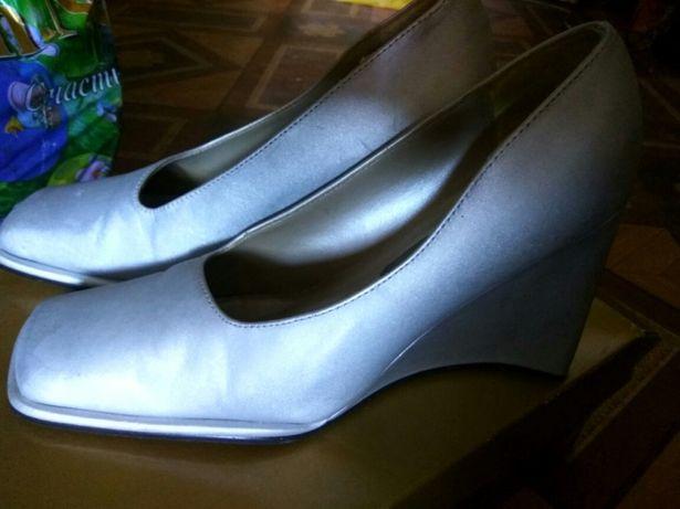Продам серебряные туфли 38р.