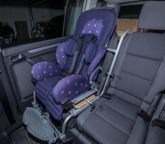 Fotelik samochodowy Otto Bock dla niepełnosprawnego dziecka.