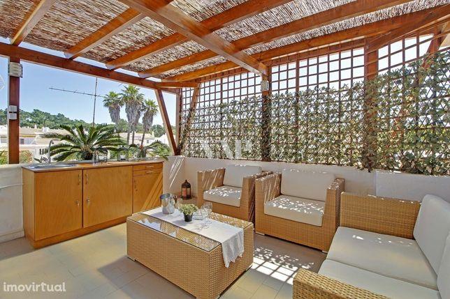 VILAMOURA - Moradia V3 em banda, inserida em condomínio com piscina