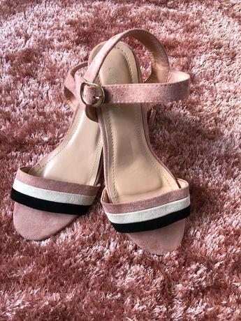 Sandália em camurça rosa e beje