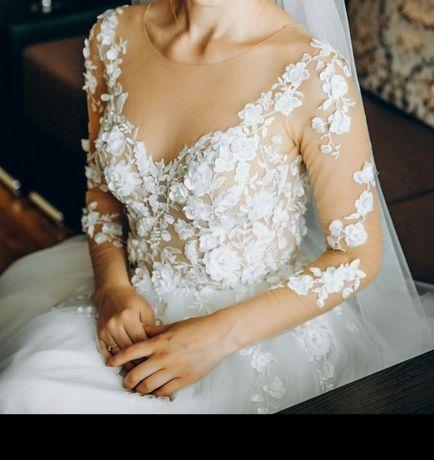 Весільне плаття .