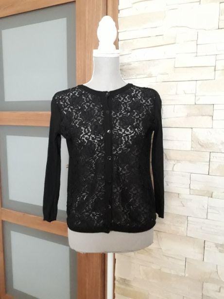 Czarny sweter z koronką z przodu, zapinany na guziki