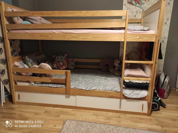Łóżko piętrowe wraz z materacami.