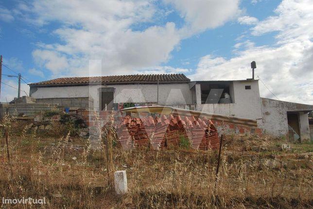 Casa térrea inserida num terreno rural com 7250m2, com 2 poços e uma r