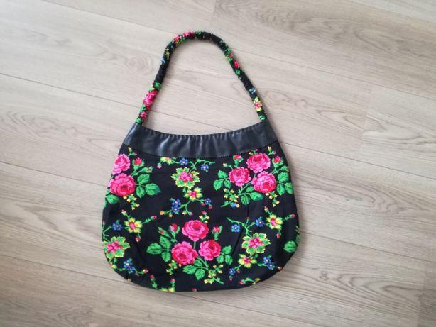 Czarna torebka w kwiaty duża