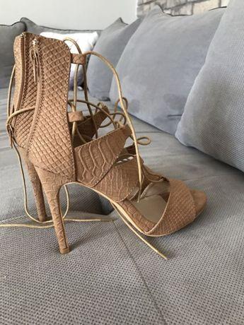 Piękne szpilki sandały wiązane