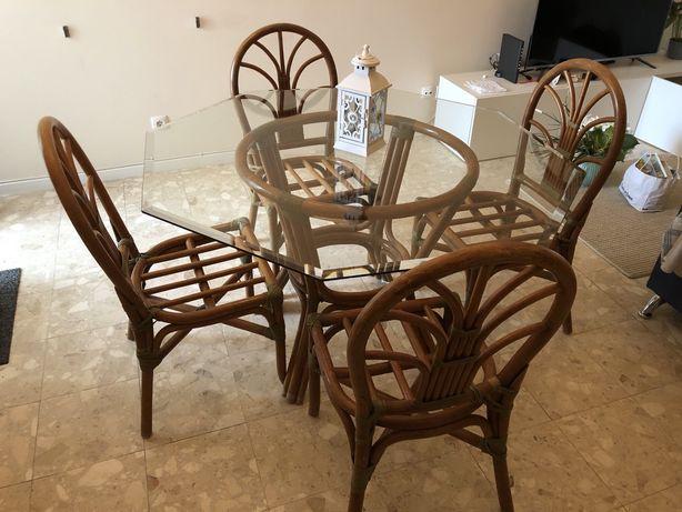 Mesa de Sala ou Jardim com tampo de vidro e 4 cadeiras