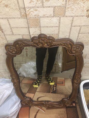 Зеркало в резной деревянной рамке