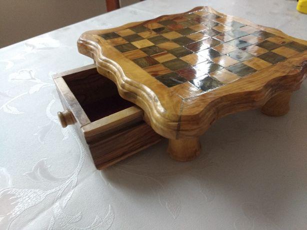mała szachownica z drzewem oliwkowym
