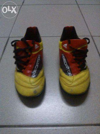 Chuteiras (Pitons Pequenos) Adidas Predator Amarelas/Pretas/Verm. T:33
