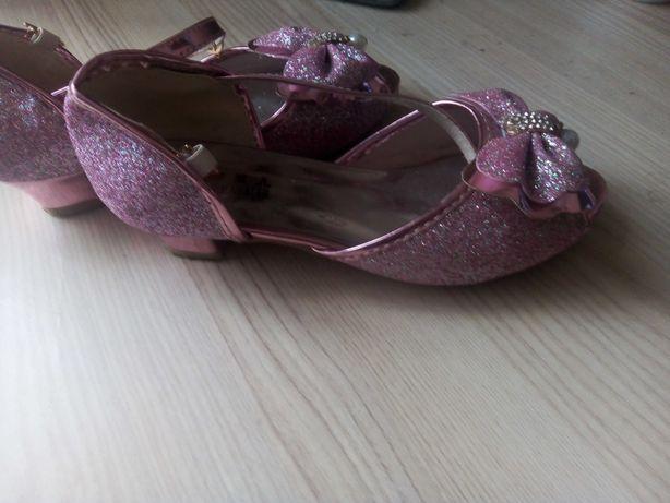 Śliczne buty dla księżniczki