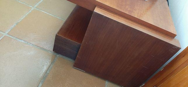 Mesa de madeira em bom estado