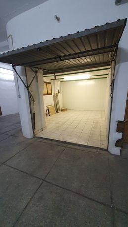 Alugo garagem  fechada