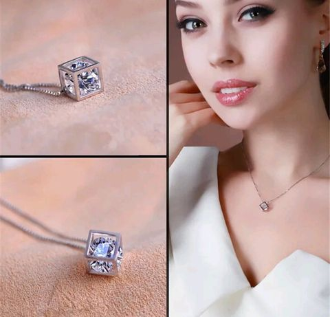 Colar com cubo mágico prateado com pedra em formato de diamante