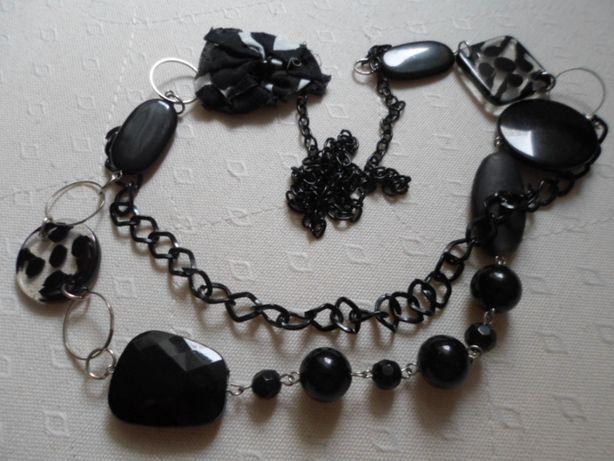 Czarny plastikowy naszyjnik