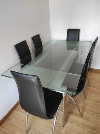 Mesa de jantar extensível com tampo de vidro e 6 cadeiras de pele