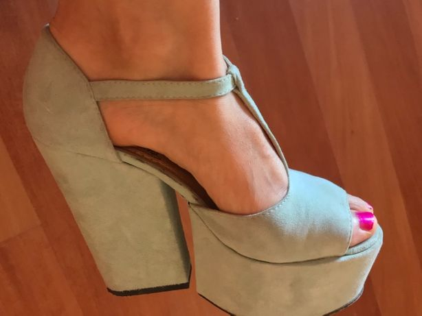 Sandálias de salto alto lindas