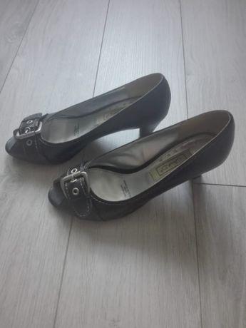 Buty na obcasie z klamrą