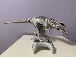 Динозавр на пульте управления
