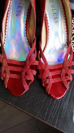 czerwone brokatowe buty