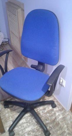 Fotel obrotowy na kółkach