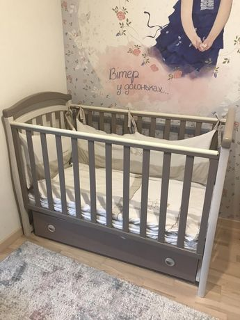 Детская кроватка и комод