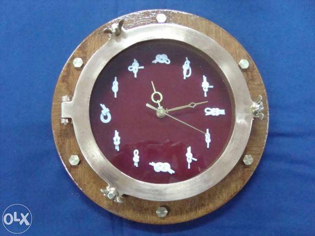 Relógio em projetor de portaló de latão