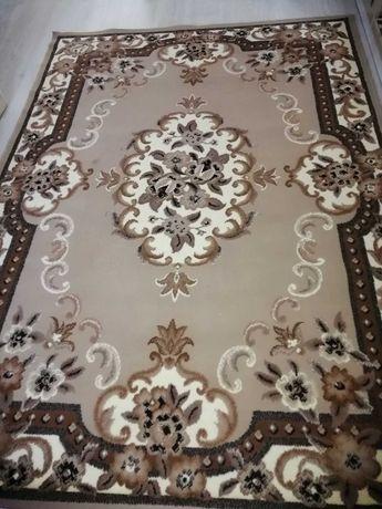 Продам ковёр в среднем размере