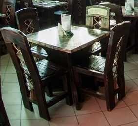 Деревянный мебельный комплект: стол и две лавки