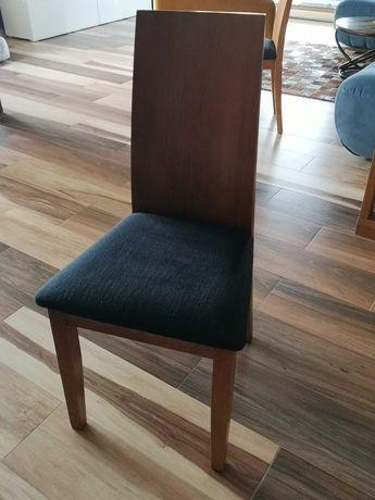 Drewniane krzesła z czarną tapicerką