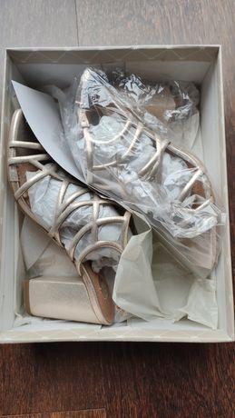 Sandálias douradas NOVAS