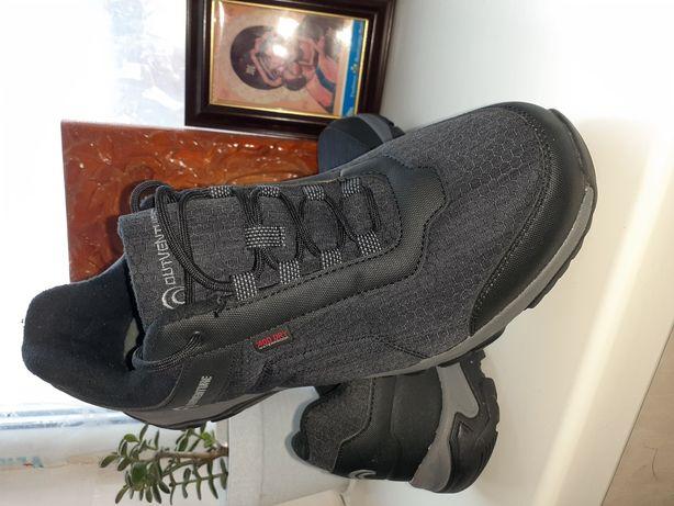 Продам зимние кроссовки 1000