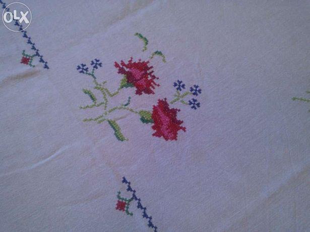 Toalha de mesa de linho bordada á mão