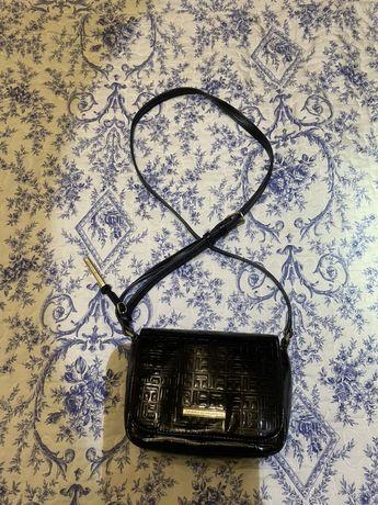 Черная базовая лаковая сумка tommy hilfiger