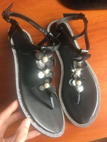 Sandałki czarne kwiatki i perełki r 39
