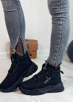 Черные стильные зимние кроссовки