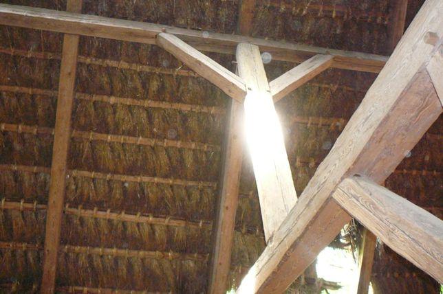 Stare drewno, belki ciosane, stodoła