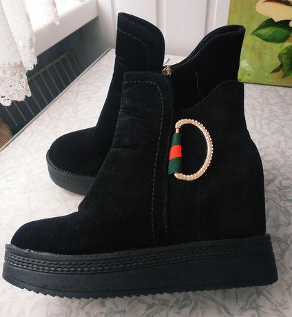 Ботинки 36 розмір 23,5 см по уст.