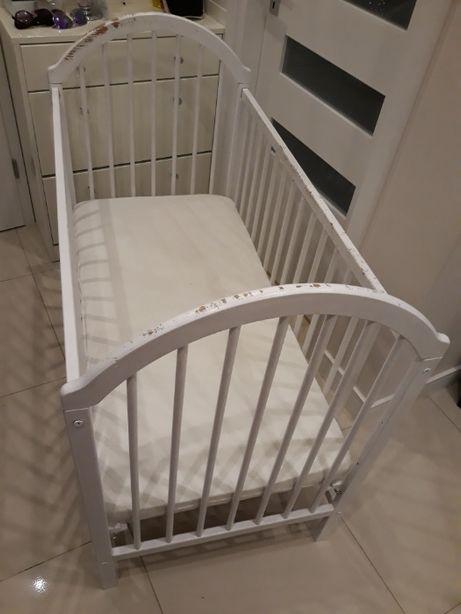 Białe, dziecięce łóżeczko wraz z materacem