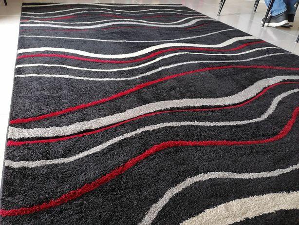 Carpete preta/cinza/vermelha