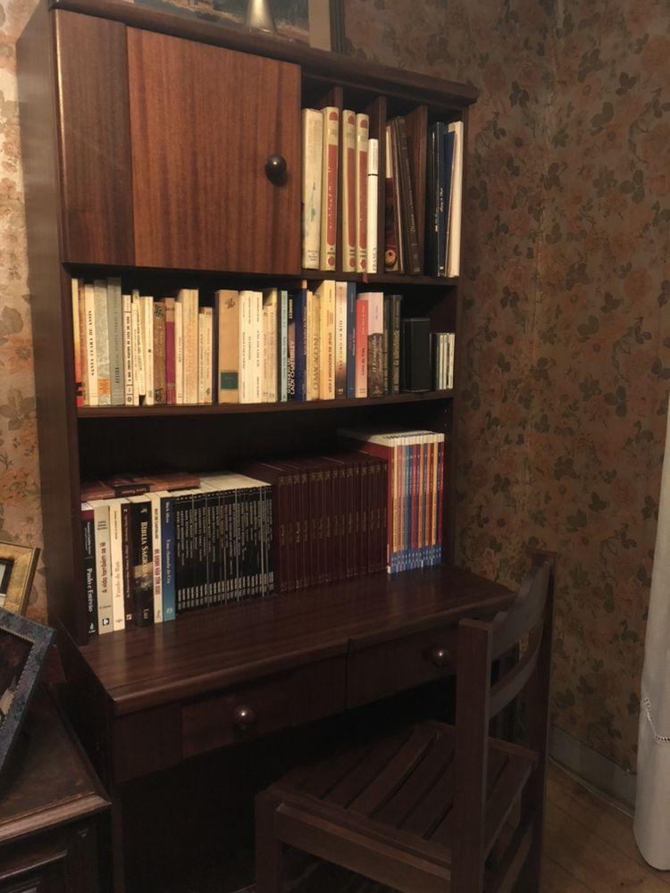 Secretária em madeira maciça com estante e cadeira
