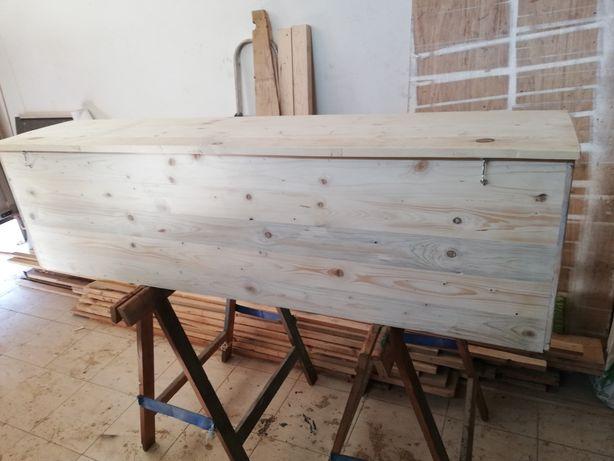 Baú em madeira rústica e muito robusta.