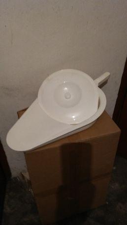 Basen sanitarny z pokrywką.