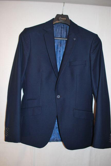 Wełniany garnitur marki Brand