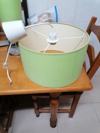 Candeeiro de tecto com 0,40cm diâmetro e candeiro de mesa de cabeceira