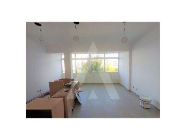 Apartamento T3 em fase de remodelação a 5m da Praia Nova!