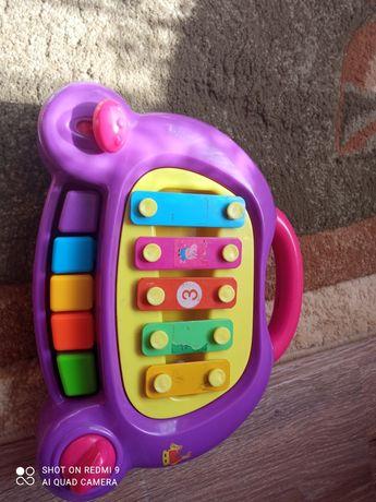 Музичне піаніно- іграшка.