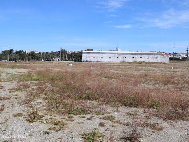 Terreno urbano, com um armazém 1600m2 implantado, na circ...